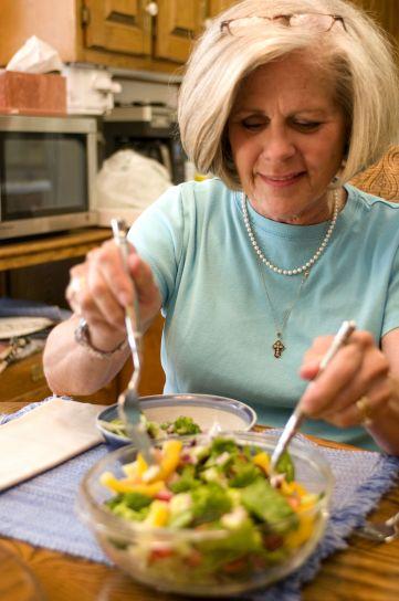 サラダ、レタス、ブロッコリー、ニンジン、玉ねぎ、ピーマン、クランベリー、トマト