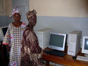 dos, mujeres, la comunidad, la radio, la estación, se encuentra, ordenadores, acceso, internet