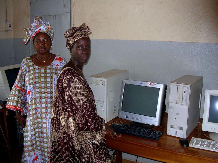 dwa, kobiet, Wspólnoty, radio, stacja, stojaki, komputery, dostęp, internet