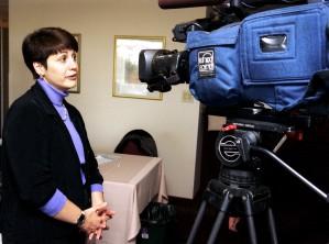 femme, interviewé, télévision, nouvelles, équipe
