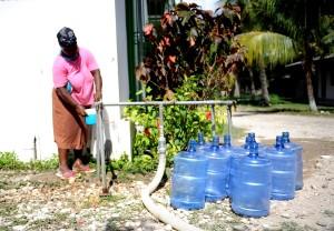 Kobieta, dostaje, czyste, wody pitnej,