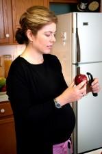 femme, processus, peeling, pomme, peeling, mettre en œuvre, lavé, lot
