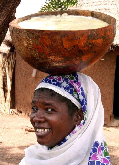 mujer, Kanfiahiyili, de karité, el procesamiento, grupo que posee, calabaza, completa, de karité, manteca