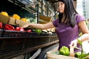 mujer, selección, de color rojo brillante, maduro, pimiento, cesta, contenedor, mercado