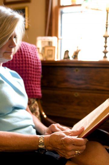 Stara žena, knjiga, čitanje, roman