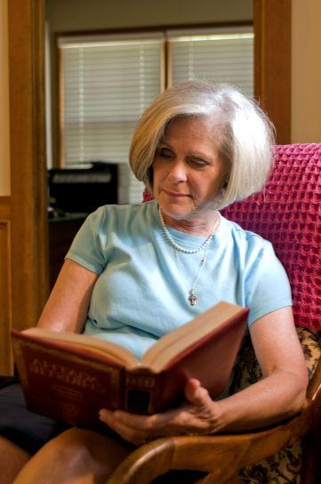 mamie, femme, lecture, livre