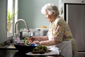 nainen, valmistellessaan aterian, Keittiö