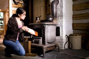 femme, en toute sécurité, l'exploitation, le bois, brûler, cuisinière