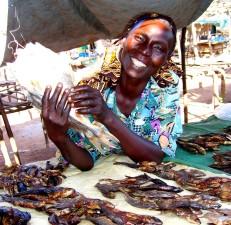 eine Frau, sells, Fisch, stehen, lokal, Markt, Sudan