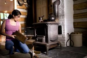 femme, spécial, les soins, en toute sécurité, l'exploitation, le bois, brûler, cuisinière