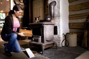 mujer, inapropiado, tipos, madera, estufa, combustible