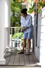 les femmes, propre, étage, terrasse, lavage, l'eau, la buse