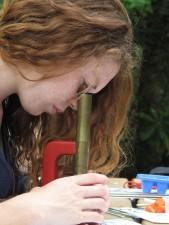 jeune femme, apprenti, regarder, microscope