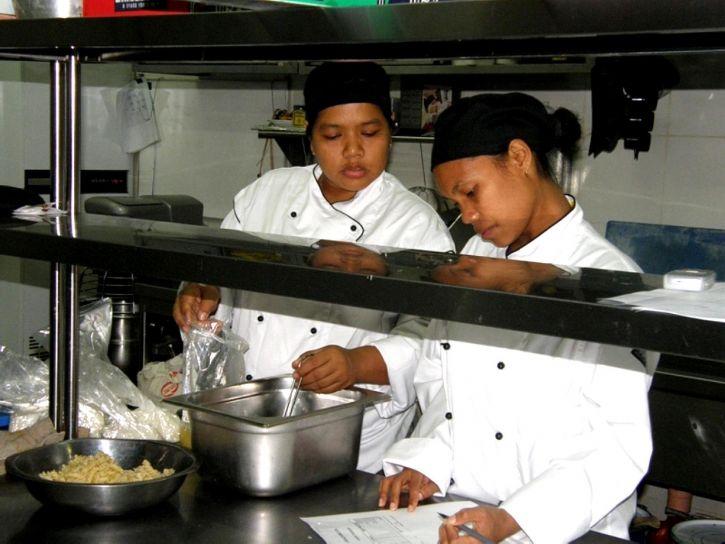 mlada žena, posla, kolega, kuhinja