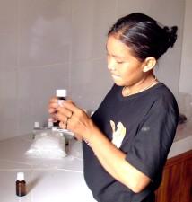 mlada žena, pleme, boca, naljepnica, copaiba, ulje