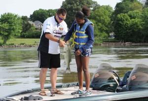 момиче, мъж, проверява, риба, улов, лодка