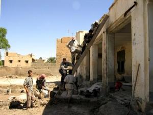 iraqi, ouvriers, échelle, réparation, toit, Sajads, école