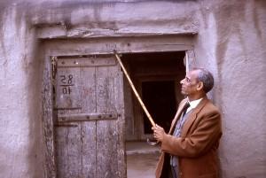 Mann, zeigen, Haus, Indien, auf dem Dorf
