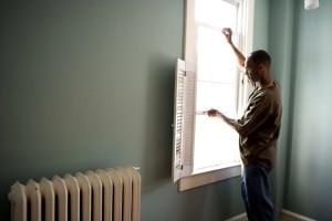 Afroamericano, hombre, apertura, blanco, pintado, ventana