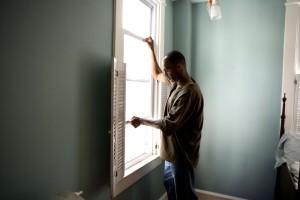 Afroamericano, hombre, de apertura, ventana, hogar