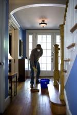 Afro-américaine, l'homme, le processus, humide, épongeant, maison, entrée