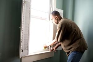 Afro-américaine, humide, une éponge, un chiffon, propre, de la poussière, recueillie, fenêtre, rebord