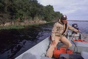 les hommes américains Afro, employé, disques, petit, moteur, bateau