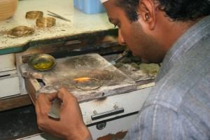 remeselník, Karáčí, workshop, spájky, zlato, bangles, plynový plameň