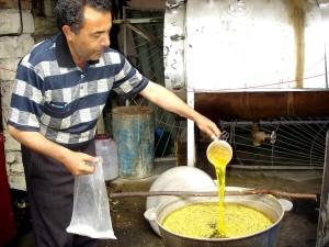 expert, prépare, colorants, production, installation, Guba, Azerbaïdjan