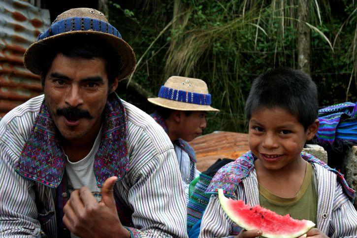 hombre, niño comer, sandía, Sololá, Guatemala