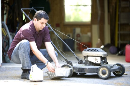 man, changing, lawnmowers, oil