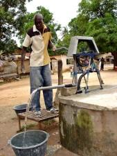homme, démontrer, manivelle, pompe à eau, Sénégal