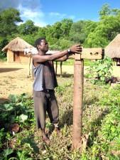 hombre, cava, poco profunda, así, yardas, agua, Zimbabwe