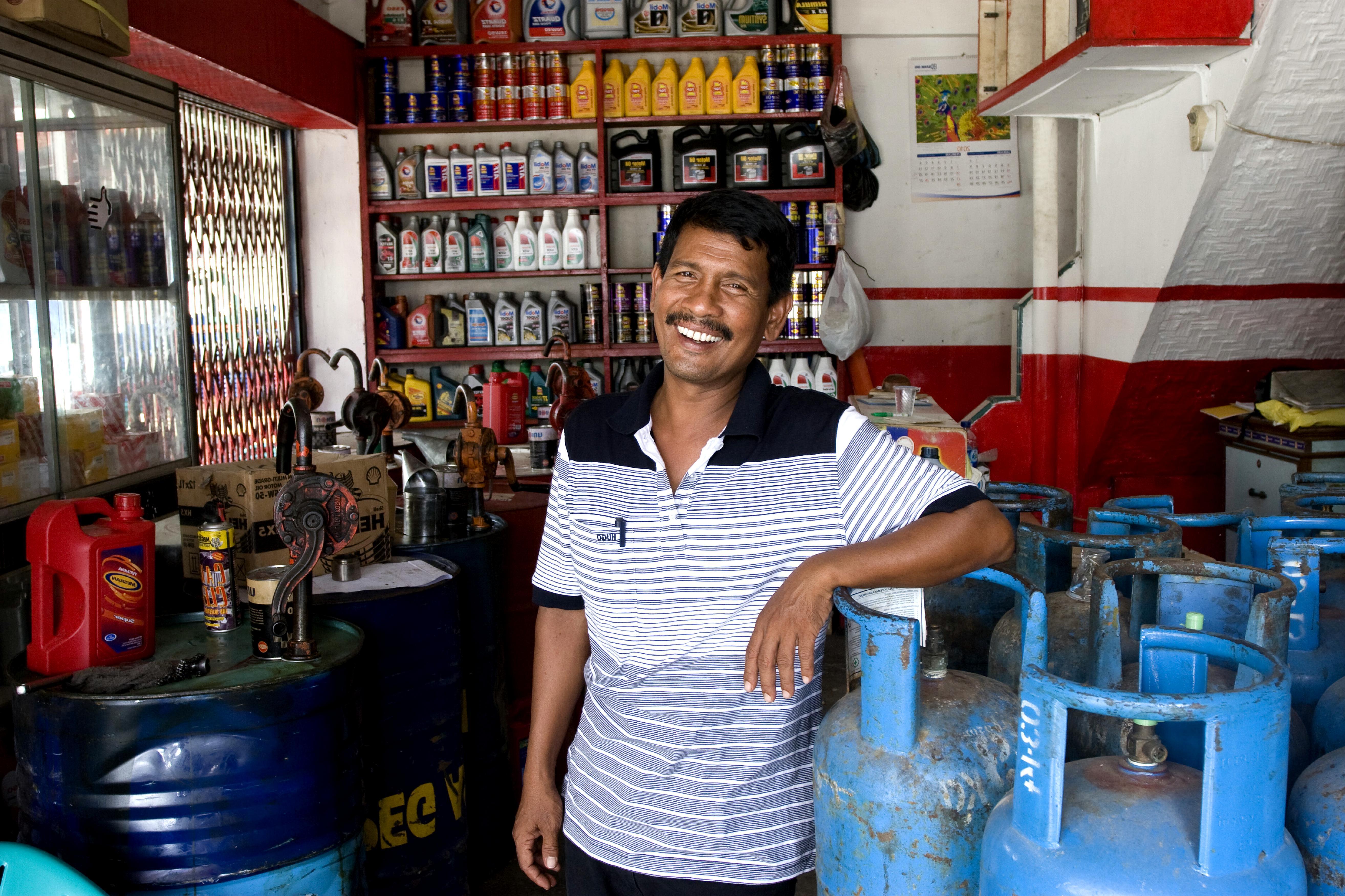 Free picture man auto garage store indonesia for Garage auto store marseille