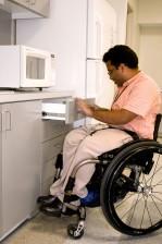 mann, rullestol, kjøkken, innstillingen, åpning, skap, skuff