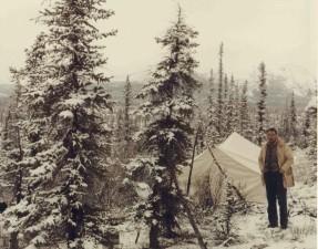 homme, debout, tente, bois, hiver, le camping