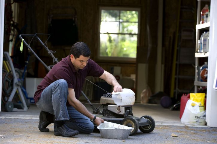 man, process, changing, lawnmowers, oil, disposable, aluminum, catch, pan