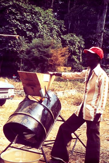 l'homme, le travail, le riz, le traitement, la machine, Sierra Leone, Afrique