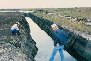 les hommes, l'inspection, le drainage, fossé