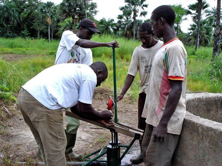 los hombres, el trabajo, la instalación, la bomba de agua