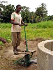 Senegal, hombre, trabaja, instalado, bomba de agua, ayuda, los agricultores, el riego, la tierra