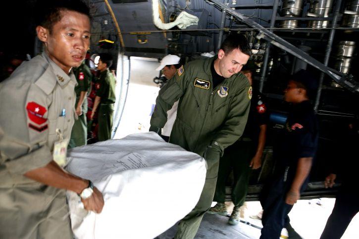 szolgáltatás, tag, Burma, pilóta, munka, együtt, ürítő, élelmiszer csomagok