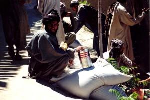 Afghanistan, ein Mann, erhielt, Lebensmittel, Getreide, Kochen, Öl