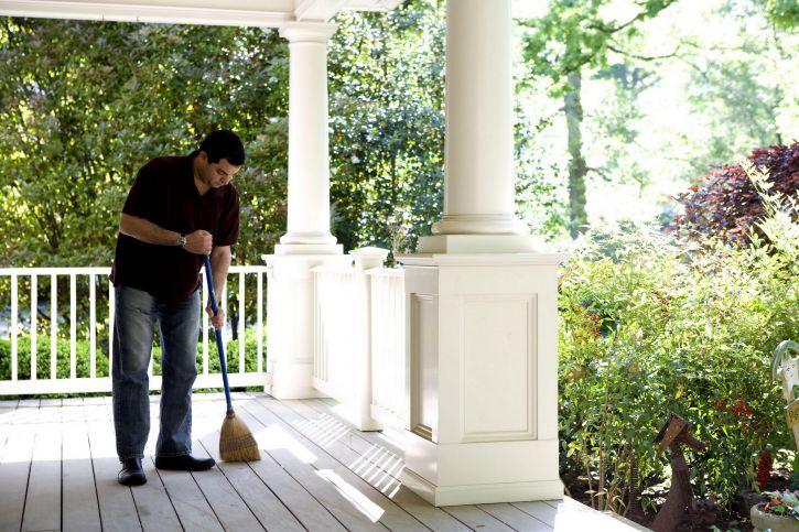 l'homme, le processus, le nettoyage, les maisons, porche, balai