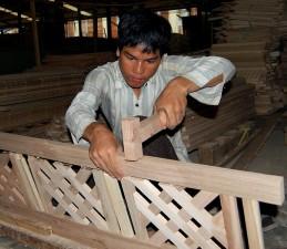 jeune homme apprend, la menuiserie, le commerce, découvre, le chemin, la pauvreté, l'USAID