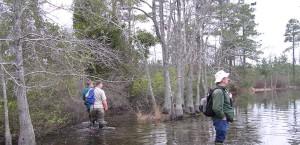 trei bărbaţi, de mers pe jos, râu, trecere, Râul