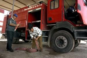 deux, hommes, travail, caserne de pompiers