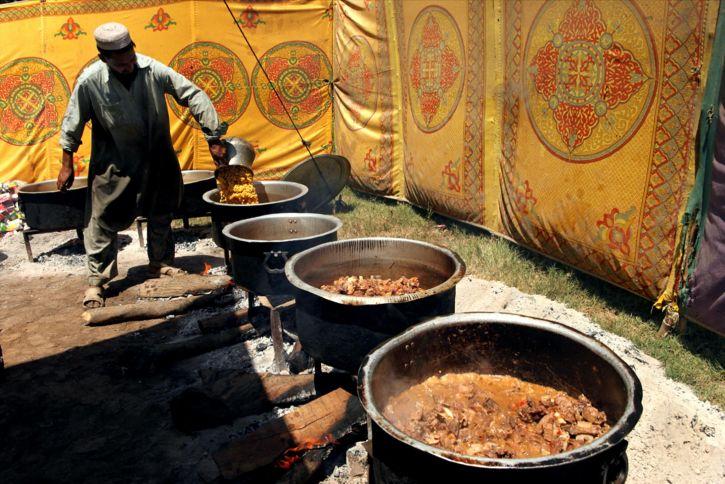 bénévoles, prépare, de la nourriture, la distribution, les déplacés, les Pakistanais, camp