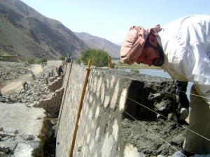 worker, builds, retaining, wall, construction