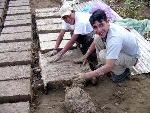 mladí muži, tvorba, adobe, cihly, mládež, vedení školení, Tábor, Solola, Guatemala